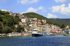 ISTANBUL, TURQUIE - 24 août 2015 : Petit bateau de pêche dans le bosphorus Images stock