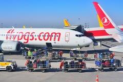 ISTANBUL, TURQUIE - AVRIL 2017 : Chargement de bagage de passagers dedans à l'avion images stock