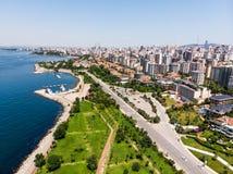 Istanbul, Turquie - 23 février 2018 : Vue aérienne de bourdon de bord de la mer d'Istanbul Suadiye avec Carpark Photos stock