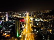 Istanbul, Turquie - 23 février 2018 : Vue aérienne de nuit de route d'Istanbul Kartal E5 D100 Photographie stock libre de droits