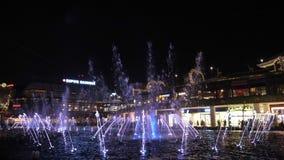 Istanbul, Turquie, 28-05-2019 : Fontaine avec l'illumination de l'eau, de lumière et de feu banque de vidéos