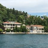 ISTANBUL, TURQUIE : La croisière transporte en bac dans le port d'Eminonu près de Yeni Cami et du pont de Galata photo stock