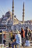 Istanbul, Turquie/le 16 avril 2016 - les hommes ont une vie sociale pendant qu'ils pêchent outre d'un pont photo stock