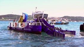 Istanbul, Turquie/le 30 mai 2016 - déchets rassemblant le bateau sur Bosphorus avec un autre dépassement de collecteur banque de vidéos