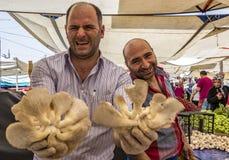Istanbul, Turquie/le 31 mai 2016 - les vendeurs rient pendant qu'ils donnent des champignons à vendre photo libre de droits