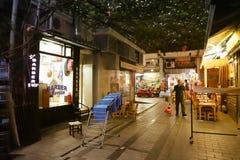 Istanbul, Turquie, le 22 septembre , 2018 : Scène de nuit dans une ruelle de la vieille ville avec un coiffeur et une épicerie image stock