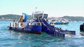 Istanbul, Turquie - 30 mai 2016 - déchets rassemblant le bateau sur le fond de Bosphorus clips vidéos