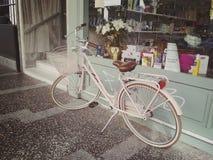 Istanbul, TURQUIE - 21 septembre - 2018 : Vélo rose de ville avec un panier dans l'avant près de l'étalage de pharmacie images stock