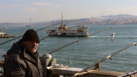 Istanbul, Turquie - vieux pêcheur à la ligne dans le pont de Galata pendant l'hiver Photo libre de droits