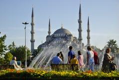 ISTANBUL, VERS en août 2009 - les gens dans le parc en dehors du bleu Image stock