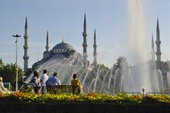 ISTANBUL, VERS en août 2009 - les gens dans le parc en dehors du bleu Photographie stock libre de droits