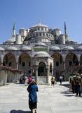 ISTANBUL, VERS en août 2009 - les gens en dehors du cercle bleu de mosquée Photos stock