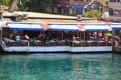 ISTANBUL - VERS EN JUIN 2015 : Employés dans les visiteurs de restaurant avec les drapeaux de différents pays dans leurs mains Images stock