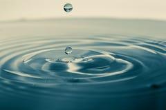 Istante di impatto di una goccia di acqua fotografia stock