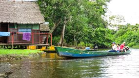 Istante di una barca con la gente che naviga nel fiume in Beni Region, Bolivia fotografia stock libera da diritti