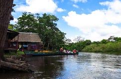 Istante di una barca con la gente che naviga nel fiume in Beni Region, Bolivia immagine stock libera da diritti