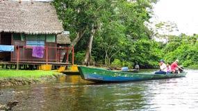 Istante di una barca con la gente che naviga nel fiume in Beni Region, Bolivia immagini stock
