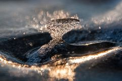 Istapp på isen på solnedgången Arkivfoto