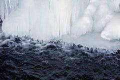 Istappar över rinnande vatten Arkivfoton