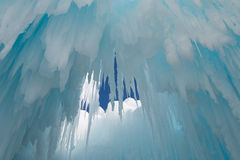 Istappar hänger från taket av en isgrotta Arkivbild