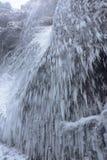 Istappar nära vattenfallet för Skà ³gafoss i Island arkivbilder