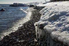 Istappar och snöräkning kusten av Lake Superior arkivfoton