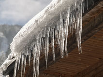 Istappar och snö på taket Fotografering för Bildbyråer