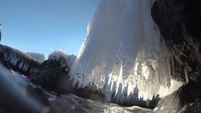 Istappar på det kust- vaggar i Blacket Sea lager videofilmer