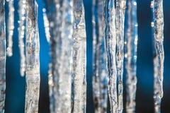 Istappar på ett ljust vårsolslut, suddig abstrakt bakgrund Royaltyfri Bild