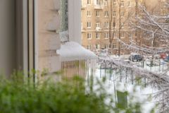 Istappar på fasaden av en närbild royaltyfri bild