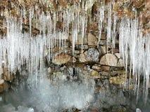 Istappar på grottan arkivbilder