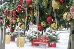 Istappar på julgrangarneringar Garneringar nytt år, jul royaltyfri bild