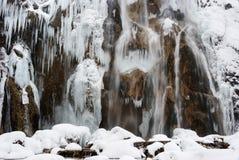 Istappar på vaggar på Plitvice sjöar royaltyfria bilder