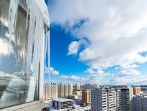 Istapphängning på balkong av huset Arkivfoton