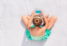 istening对从手机的音乐的女孩 库存图片