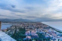 Isthmus der Stadt von milazzo von der Spitze der Verteidigung von t lizenzfreie stockbilder