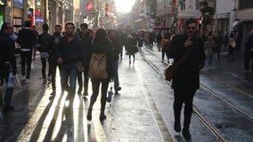 Istiklal街道,圣诞节,人们拥挤了,伊斯坦布尔istiklal街道,土耳其12月2016年, 股票视频