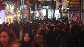 Istiklal街道,夜圣诞节,人们拥挤了,伊斯坦布尔istiklal街道,土耳其12月2016年, 股票视频
