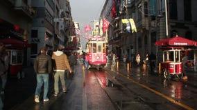 Istiklal街道,火车,圣诞节,人们拥挤了,伊斯坦布尔istiklal街道,土耳其12月2016年, 股票视频