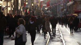 Istiklal街道,火车,圣诞节,人们拥挤了,伊斯坦布尔istiklal街道,土耳其12月2016年, 股票录像