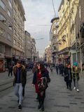 Istiklal街&人们&大厦在Beyoglu伊斯坦布尔 库存图片