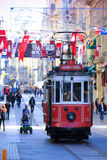 Istiklal-Allee und die rote Tram zu Taksim quadrieren Lizenzfreie Stockfotografie