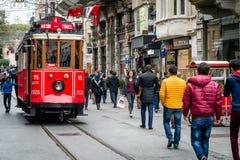 Istiklal-Straße, rote Tram in Istanbul Lizenzfreie Stockfotos