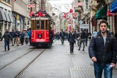 Istiklal ulica, czerwony tramwaj w Istanbuł Obrazy Royalty Free