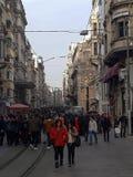 Istiklal ulica, kolej & ludzie w Beyoglu Istanbuł zdjęcia stock