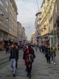 Istiklal ulica, ludzie & budynki w Beyoglu Istanbuł obraz stock