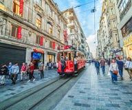 Istiklalstraat en beroemde rode tram die langs de straat gaan Royalty-vrije Stock Fotografie