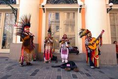Istiklalstraat, Istanboel/Turkije 04 04 2019: De Indische Muziek van Playing Their Folk van de Straatmusicus in één van de Iconis stock foto's