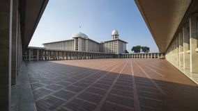 Istiqlal清真寺在蓝天下 免版税库存图片