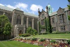Istituto universitario & giardino gotici di stile Fotografia Stock Libera da Diritti